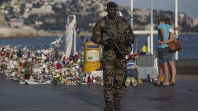 Солдат на месте теракта в Ницце