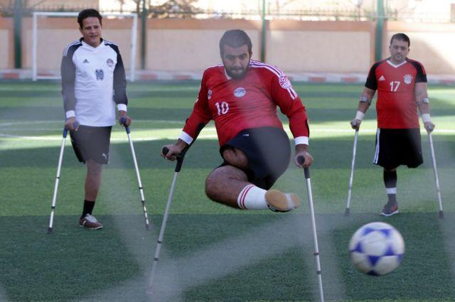 محمد عظيمة في الوسط يحاول السيطرة على الكرة في أول مباراة بالقاهرة يوم 16 ديسمبر كانون الأول 2017