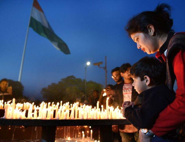 భారత జవాన్లకు నివాళి అర్పిస్తున్న దృశ్యం