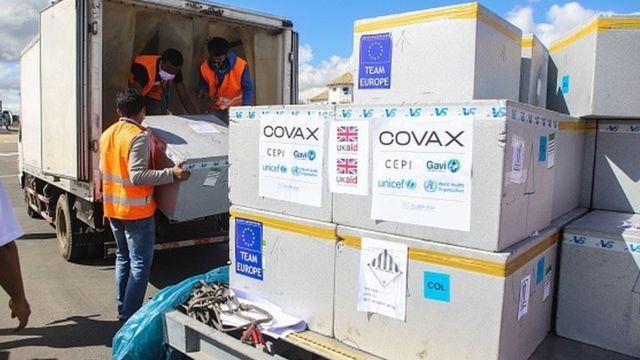 Em Madagascar, caminhão descarrega lotes de vacina adquiridas pelo Covax Facility