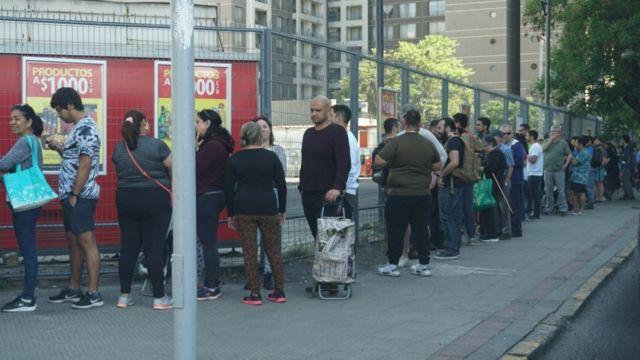 Personas hacen una fila
