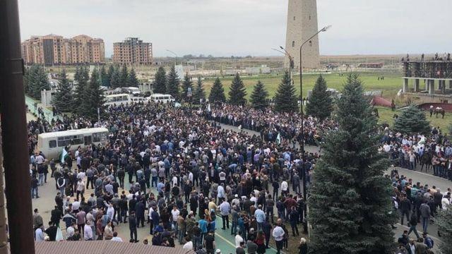 Возле правительственного квартала у Башни согласия собрались сотни человек