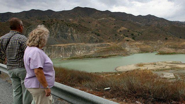 Dos personas viendo la sequía en Málaga