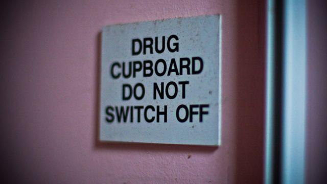 """""""Alacena de remedios. No apagar"""", dice este cartel."""