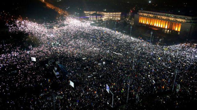Protesta en la Plaza de la Victoria de Bucarest