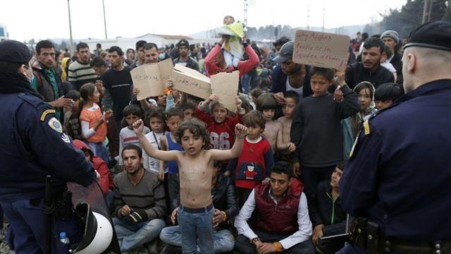 封鎖されたギリシャ・マケドニア国境で、北ヨーロッパへの移動したいと訴えるシリア移民(ギリシャ・イドメニ、3月21日)