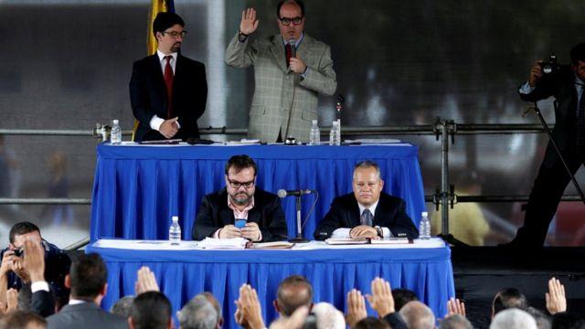 Julio Borges, presidente de la Asamblea Nacional y diputado de la coalición venezolana de partidos de oposición (MUD), asiste a una sesión de la Asamblea Nacional venezolana controlada por la oposición para designar a otros magistrados de la Corte Suprema en Caracas, Venezuela, 21 de julio de 2017.