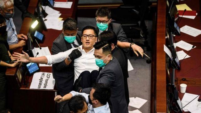 Parlamentarios hongkoneses se pelean en la Asamblea