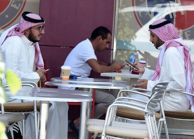 Dos hombres fuman y conversan en una cafetería de Riad, capital de Arabia Saudita.