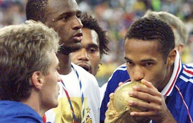 تیری آنری (راست) به همراه دیدیه دشان (چپ) قهرمان جام جهانی ۱۹۹۸ فرانسه شدند