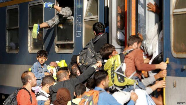 ブダペスト・ケレティ駅で移民たちが列車に乗り込むが、国際列車の運行は停止(3日)
