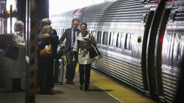 Пассажиры на вокзале в США