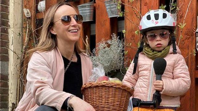 Anna Holligan kızıyla birlikte kalması gerektiği için evden çalışıyor