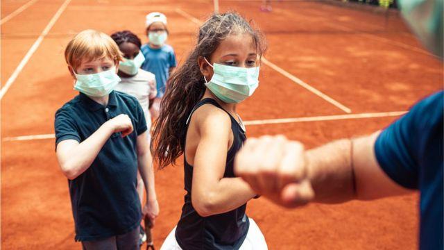 Crianças com máscaras