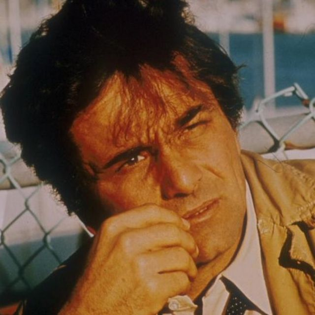 Peter Falk interpretando el papel del detective Columbo