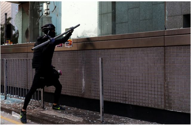 有示威者被指破壞香港中環地鐵站設施。
