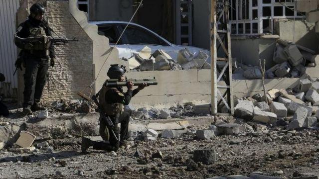 جنديان بين منازل مُدمرة
