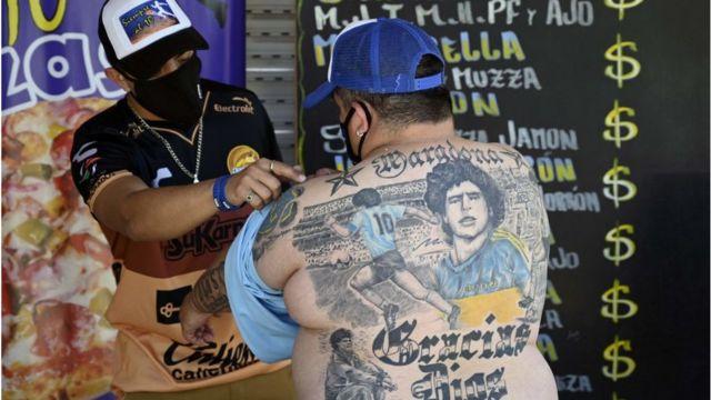 Arjantin'de bir pizzacı Guillermo Rodriguez, Maradona'nın 60. yaşı için yeni bir dövme daha yaptırdı.