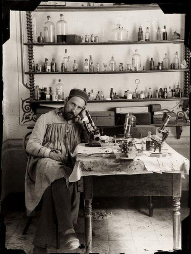 Autoretrato de Ramón y Cajal en su laboratorio de Valencia, en España, hacia 1885.