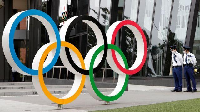 Policiais ao lado do símbolo da Olimpíada