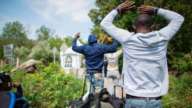 Migrants raise hand dey try enta Canada