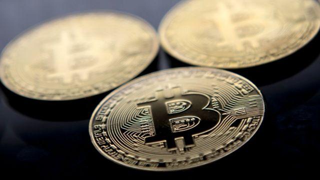 Una moneda con el logo del bitcoin