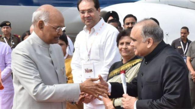 राष्ट्रपति कोविंद से हाथ मिलाते हुए आईएएस अनूप चंद्र पांडेय