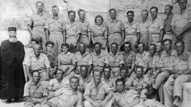 Кристина с отцом в его части в Иерусалиме в 1943 году
