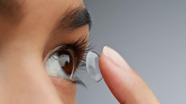 Mujer colocándose una lente de contacto