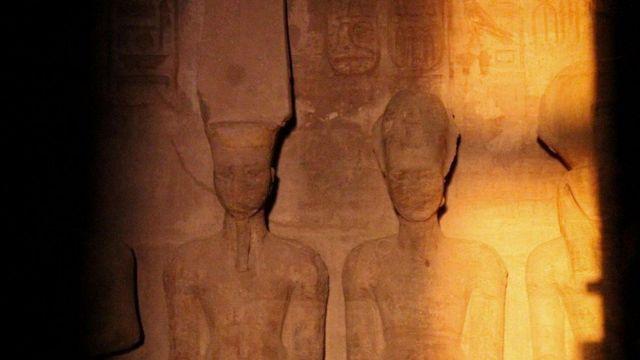 Сонце освітлює обличчя фараона