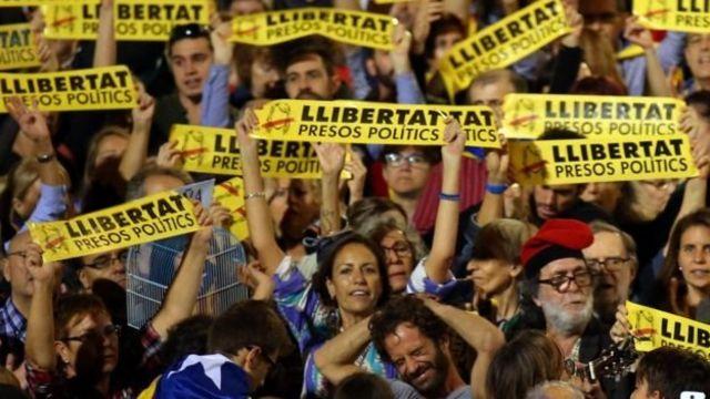 ชาวคาตาลันหลายพันคนออกมาชุมนุมประท้วง เรียกร้องให้ปล่อยตัวอดีตรัฐมนตรีผู้สนับสนุนการประกาศเอกราช