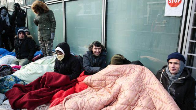पेरिस के एक शिविर में रह रहे शरणार्थी.