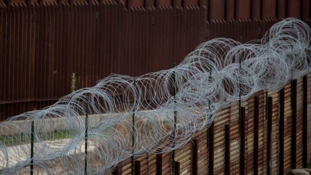 Cerca na fronteira do México com os EUA