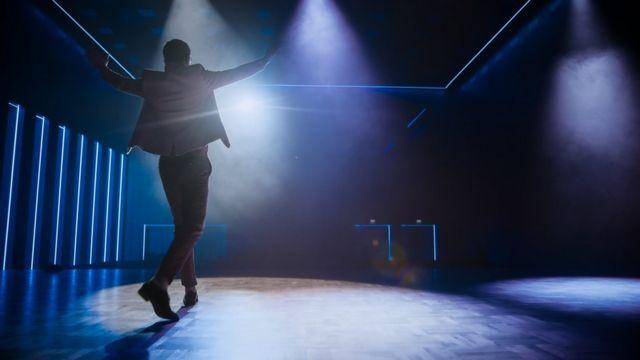 Homem em palco