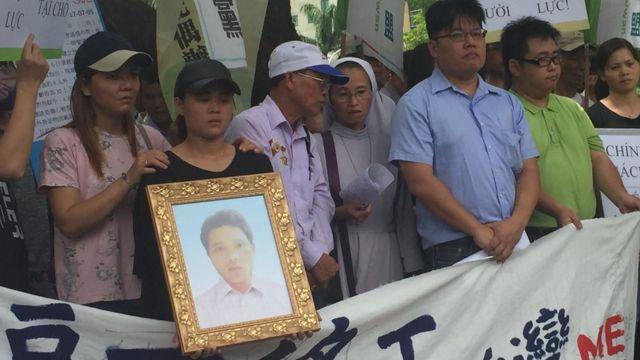 阮国非的家人参与在台湾的游行