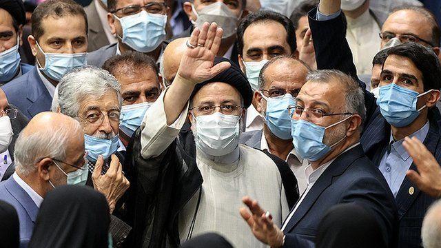 برگزاری مراسم تحلیف در حالی که ایران با موج پنجم کرونا رو به روست، انتقادهایی را به همراه