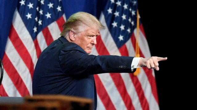 Donald Trump señalando con el dedo