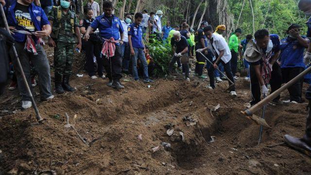(แฟ้มภาพ) การขุดค้นหาศพของชาวโรฮิงญา