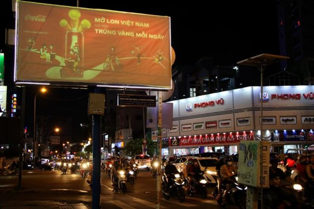 Ảnh một biển quảng cáo với chiến dịch 'Mở lon Việt Nam' của hãng Coca Cola