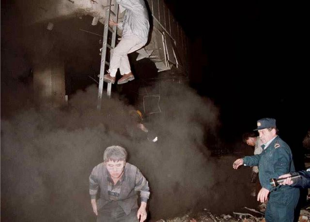 Čovek beži iz Kineske ambasade obavijen mrakom i dimom