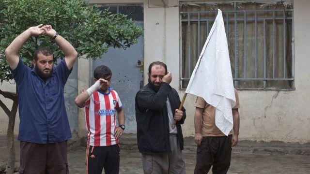 سكان يرفعون راية بيضاء خلال تفتيش منازلهم