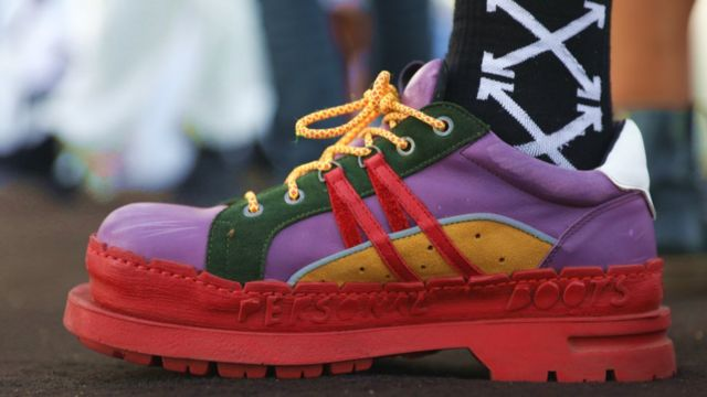 Some pipo best accessory wey dem showcase na dia shoes