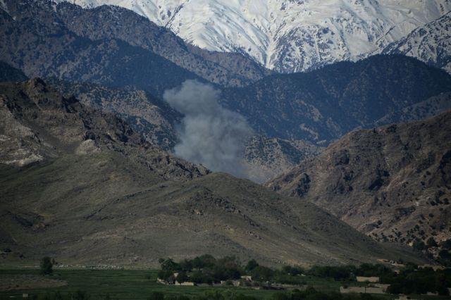 กลุ่มควันที่เกิดขึ้นหลังจากกองทัพสหรัฐฯ โจมตีฐานที่มั่นของกลุ่มไอเอสในอัฟกานิสถาน