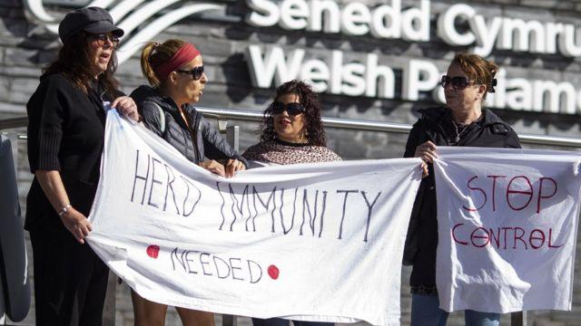 Активисты выступают за групповой иммунитет