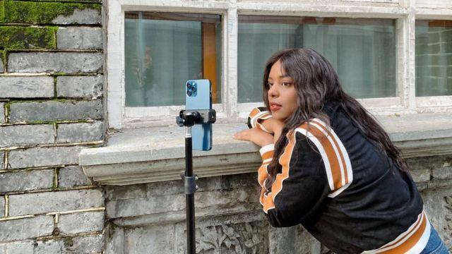 Mayumi registra video sul cellulare