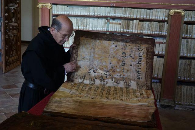 El prior Merino examinando un manuescrito