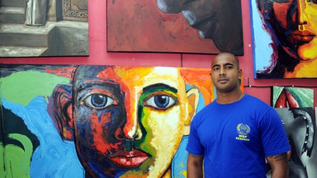 Myuran Sukumaran di depan lukisan-lukisannya setelah upaya banding terakhirnya terhadap hukuman mati.