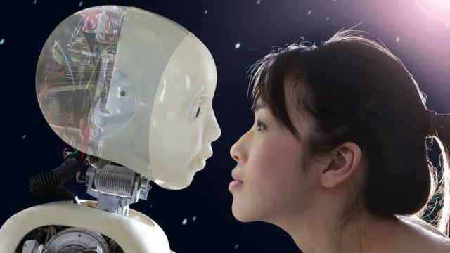 Une femme regardant dans les yeux d'un robot