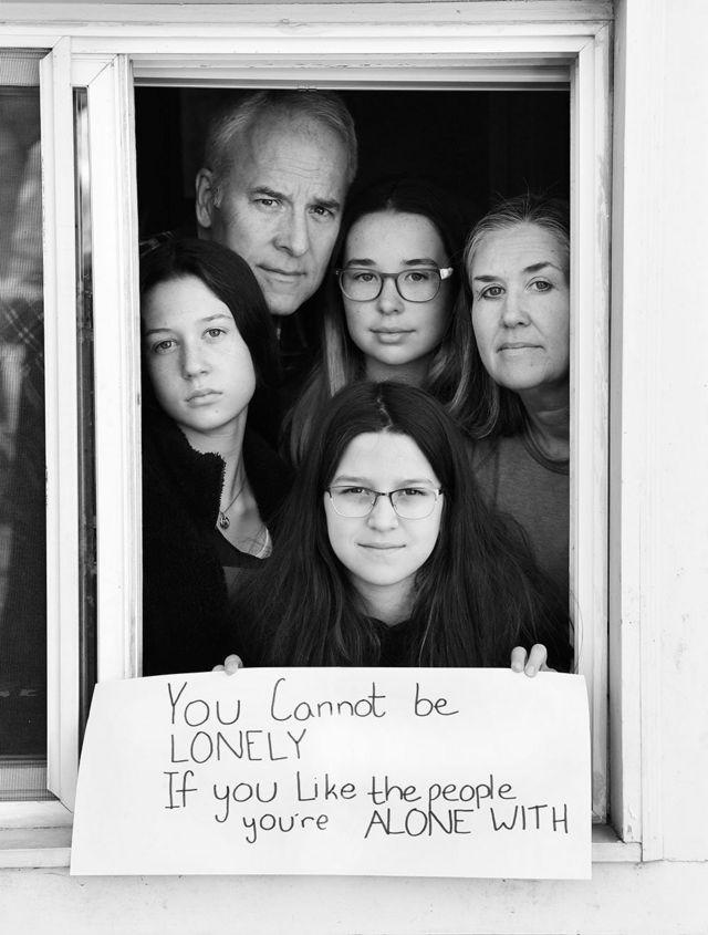 توم سميث ولورا روس، مع بناتهما كارولين، وإليزابيث، وأبيجيل