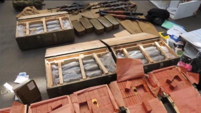 ウクライナ保安局が公開した押収された武器や爆薬